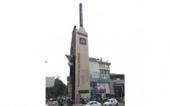Shoppers Stop installs the world\'s largest cricket bat in Bangalore